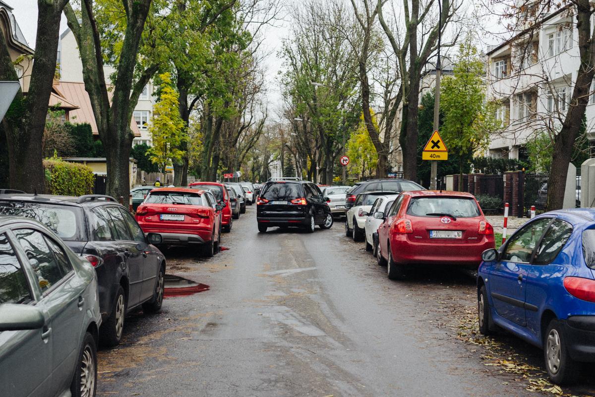 Wąskie uliczki w okolicy są zazwyczaj obstawione samochodami