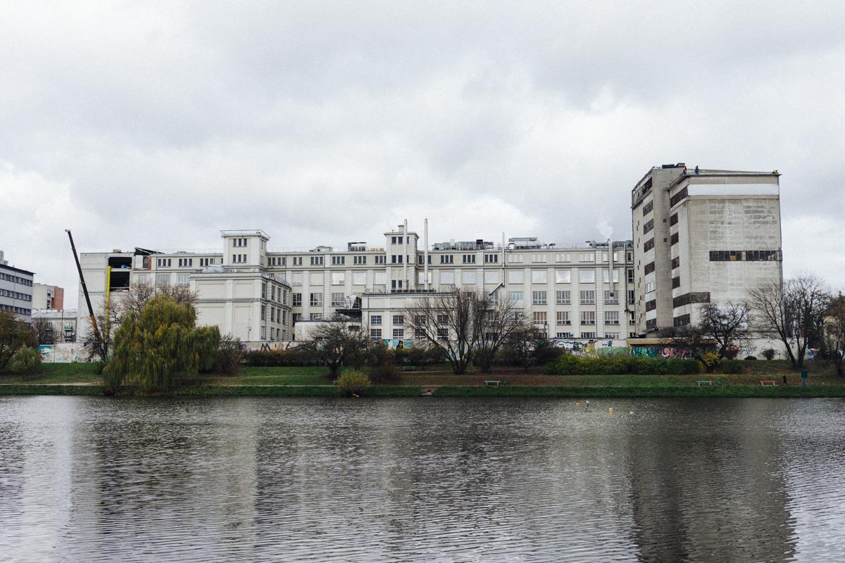 Położona nad malowniczym Jeziorkiem Kamionkowskim Fabryka Wedla stale przypomina o swoim istnieniu, roznoszącym się po okolicy zapachem czekolady.